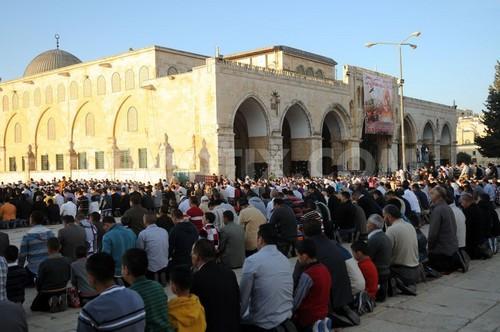 Kaum muslimin Palestina sedang menunaikan shalat Id di Masjid al-Aqsha