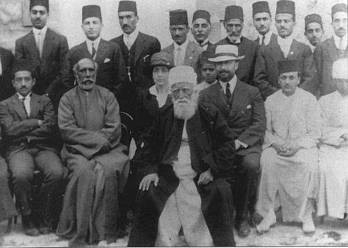 Abbas Abdul Baha', anak dari Husein Ali Bahaullah. Abbas adalah salah seorang pendiri Bahaiyah yang gencar menyebarkan pemikiran Bahaiyah ke penjuru dunia. Gamabr berikut adalah saat kunjungan pertamanya ke Prancis.