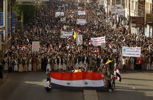 Orang-orang Syiah berdemonstrasi di jalan-jalan Yaman sambil membawa slogan dan foto-foto tokoh Syiah