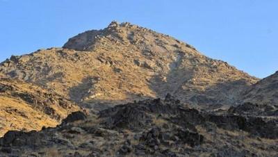 Bukit Tsaur, yang puncaknya terdapat Gua Tsaur. Bukit inilah yang dulu didaki Nabi dan Abu Bakar dan guanya menjadi tempat persembunyian keduanya.