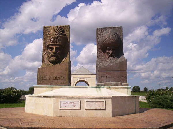 Monumen persaudaraan antara Turki dan Hungaria yang dibangun di Kota Szigetvár. Tampak patung Sultan Sulaiman dan Nikola Zrinski. Saat terjadi Perang Szigetvár, Zrinski hampir kehilangan seluruh pasukannya.