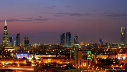 Pemandangan Kota Riyadh di malam hari.