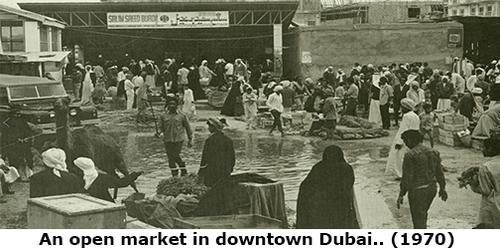 Sebuah pasar di pusat Kota Dubai pada tahun 1970