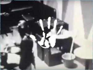 A biztonsági kamera felvette, ahogy kísértet támadt egy pultoslányra