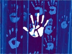 Kísértet a lakótársam! Fekete kéznyomok jelentek meg a fehér falon…
