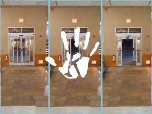 Szellem játszott a hotel fotocellás ajtajával – az éjszakás recepciós videóra vette!