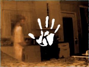 Nem hitt a szemének a gyászoló anya: fia szellemét vette fel a konyhában a biztonsági kamera