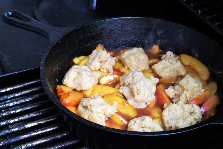 Biskuitbällchen für den Pfirsich Cobbler