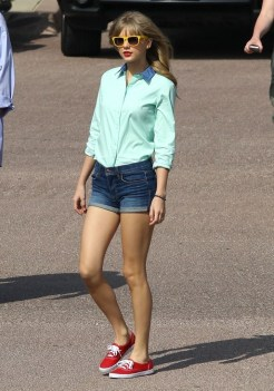 Taylor-Swift-sneakers-outfit
