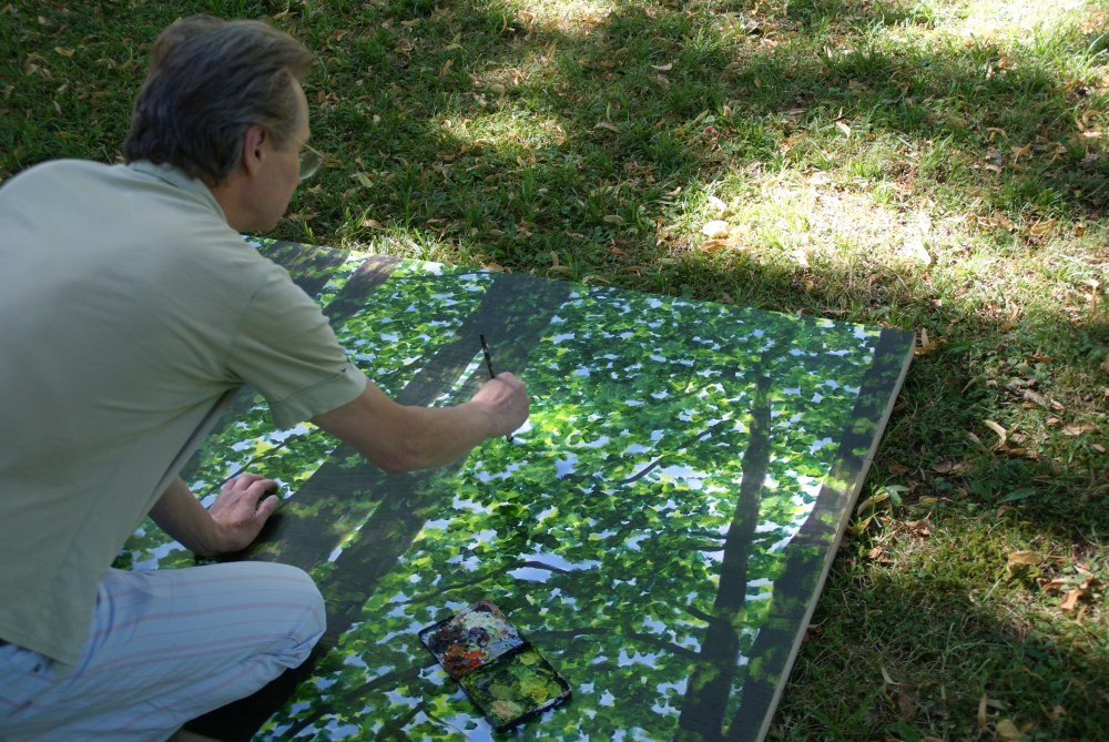 Andreas Scholz malt mit vollem Körpereinsatz. Am Abend wird ihm nach mehreren Stunden in dieser Haltung sicher der Rücken schmerzen.