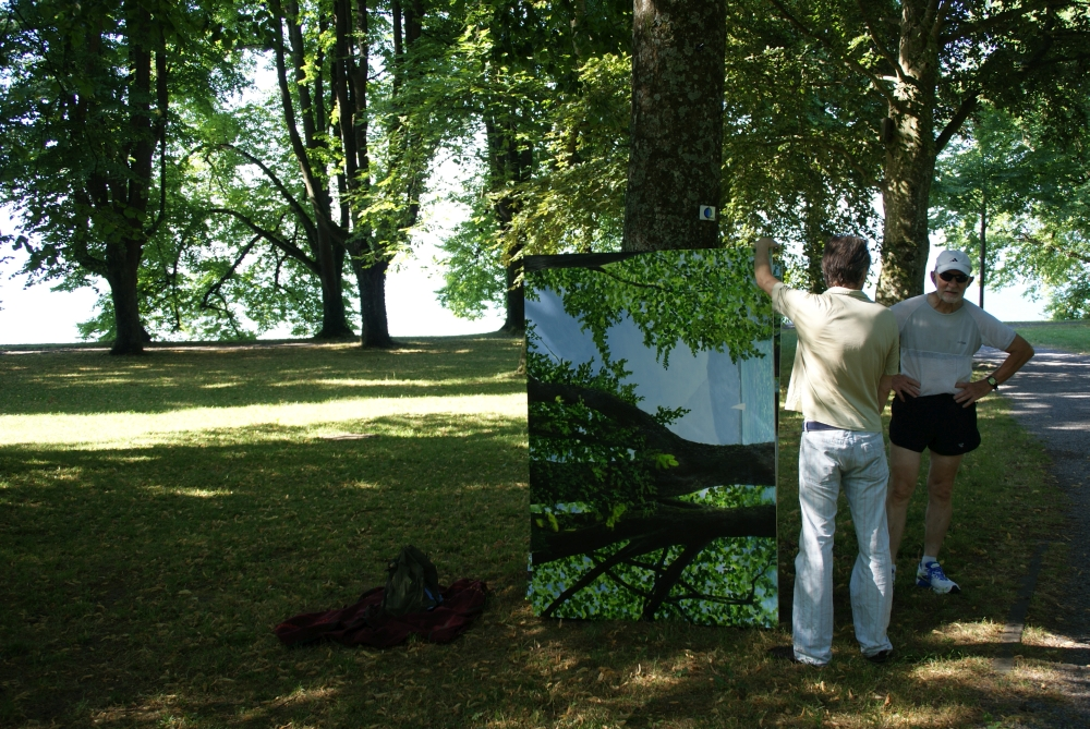 Passanten bleiben stehen, sind neugierig was da neues entsteht, verwickeln den Maler in ein Gespräch.