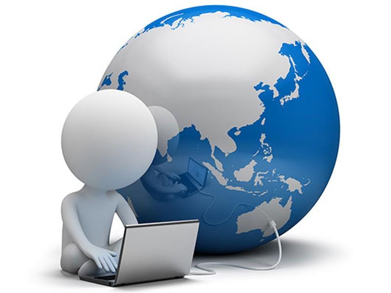 Земной шар и открытый компьютер