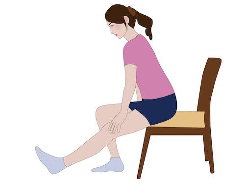 腿裏のストレッチをしている女性