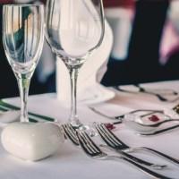 Tischdekoration mit fein poliertem Besteck