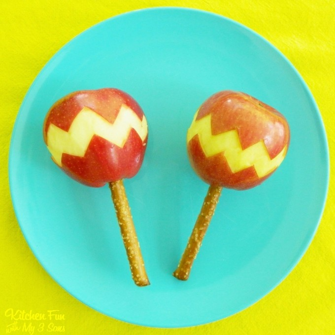 Cinco de Mayo Apple Maracas...a fun fruit snack for the kids!