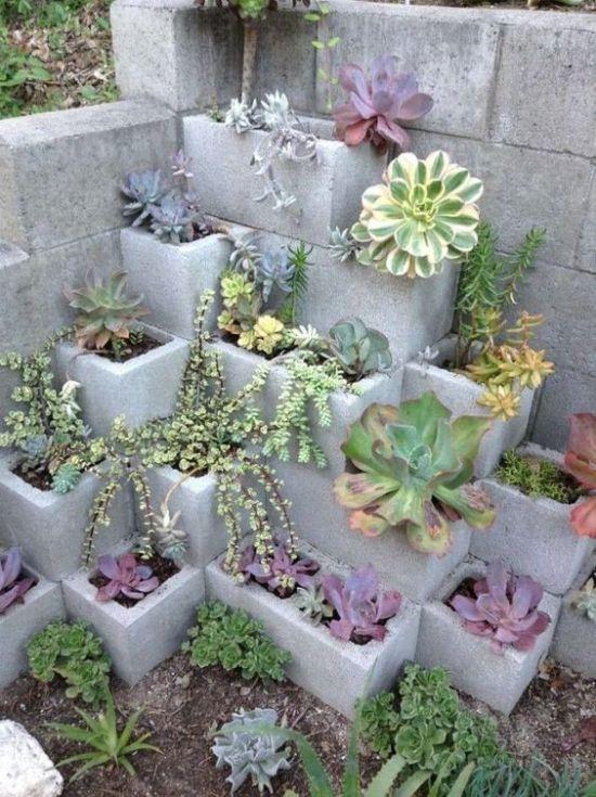Una grande fioriera realizzata riciclando alcuni mattoni di cemento