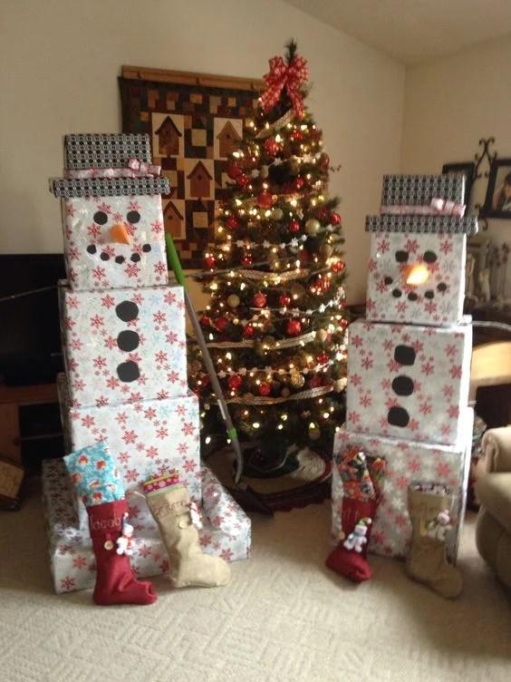 Pile de cadeaux de bonhomme de neige