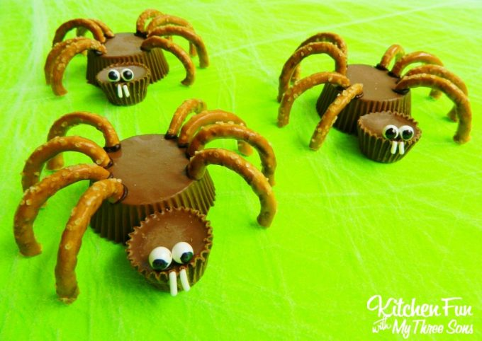 Reese's Spider Cups - BEST Halloween Treat ideas!