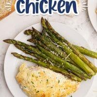 Le poulet à l'ail et au parmesan est une recette rapide parfaite pour les soirs de semaine.  Il est recouvert de trois types de fromage et a une saveur formidable.