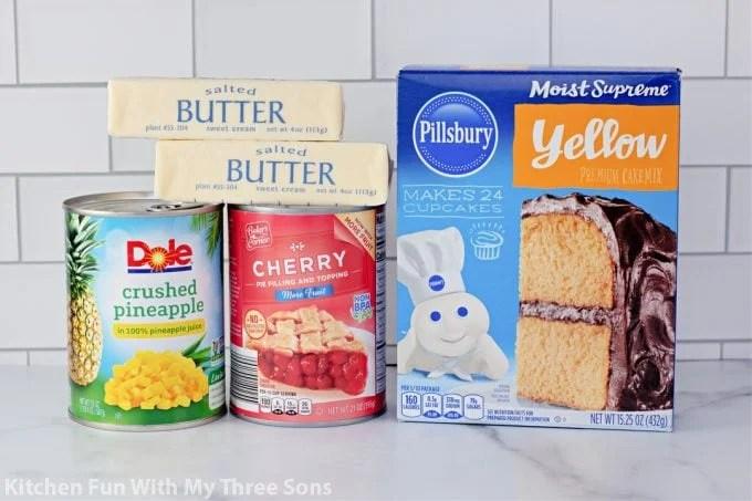ingrédients pour faire le Dump Cake à l'ananas et aux cerises.