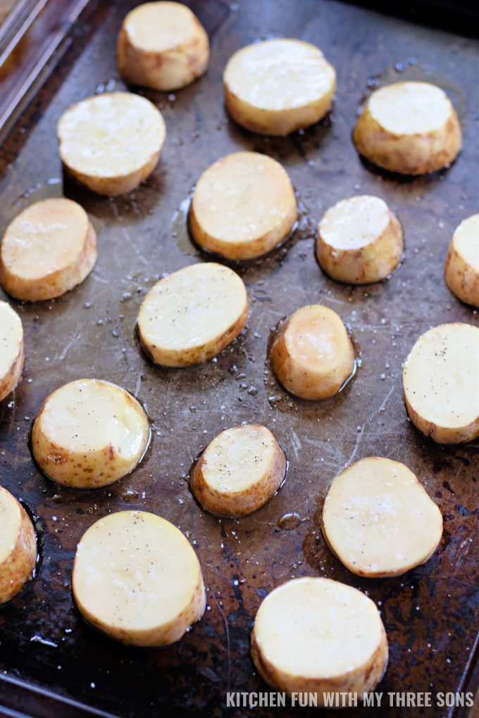 pečenje kriški krumpira na limu s kolačićima.