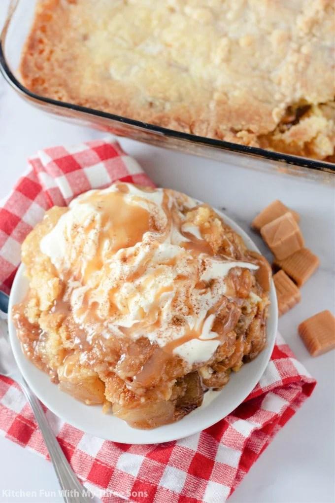 Karamelana jabučna torta prelivena sladoledom i umakom od karamele.