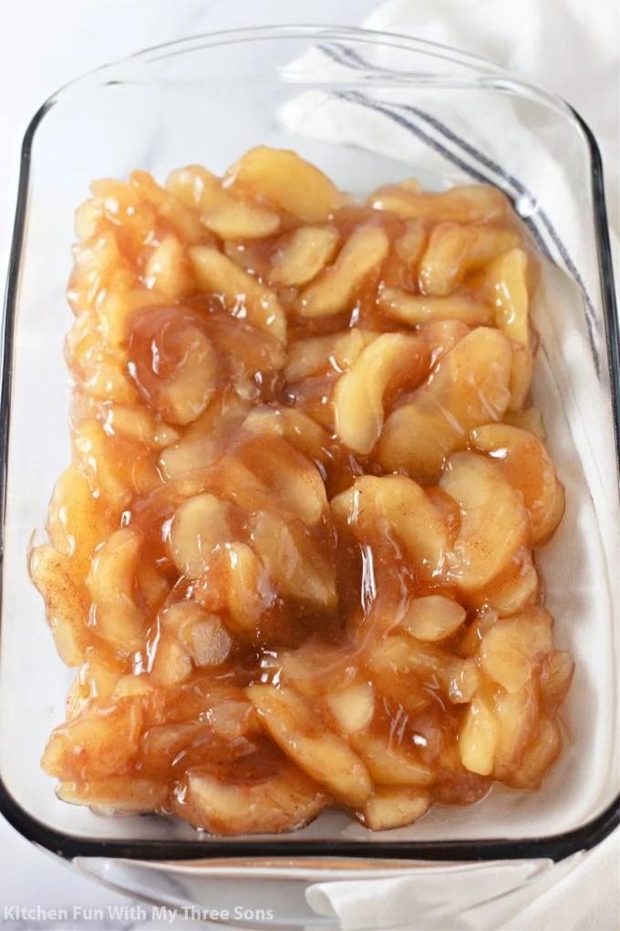 širenje jabuka u pripremljenu posudu za pečenje.