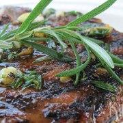 Gegrilde biefstuk met rozemarijn, knoflook en citroen