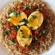 Milde curry met tomaat en ei