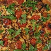 Pizza met kip en verse tomaat