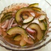 Zoetzuur van komkommer en rode ui
