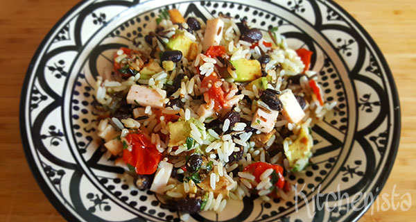 Mexicaanse rijstsalade met kip, zwarte bonen en avocado