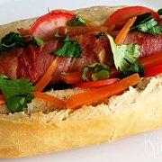 Hotdog met spek en pickles