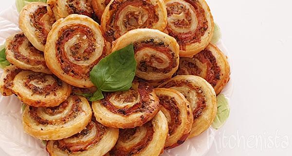 Bladerdeegkoekjes met pancetta en pesto