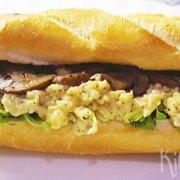 Broodje met truffelei en kastanjechampignons