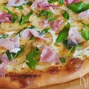 Pizza bianca met aardappel, Parmaham en rucola