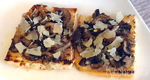 Toast met champignons, tijm en Parmezaanse kaas