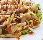 Frisse salade met pulled chicken en knoflookcroutons