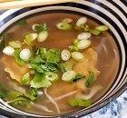 Heldere bouillon met groenten en wontons