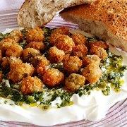 Gefrituurde olijven met kruidensaus en yoghurt