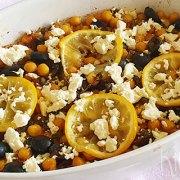 Kikkererwten met olijven, kappertjes, ui en feta