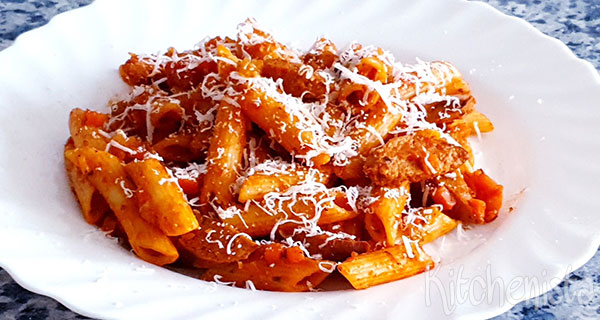 Pasta met verse worst in pittige tomatensaus