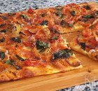 Plaatpizza met verse tomaten en chorizo