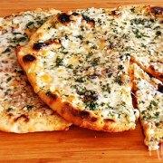 Flatbread met knoflook en mozzarella