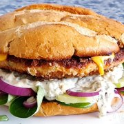 Krokante kipburgers met cheddar en remoulade