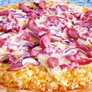 Zwitserse röstipizza met raclettekaas, bacon en worst