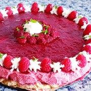 Frisse frambozen bavarois en gelei taart