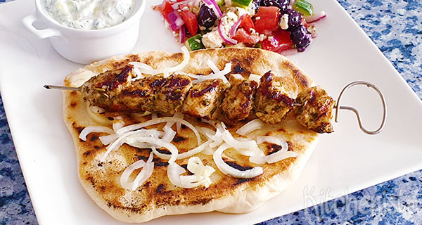Souvlaki van gemarineerde kip op een pita