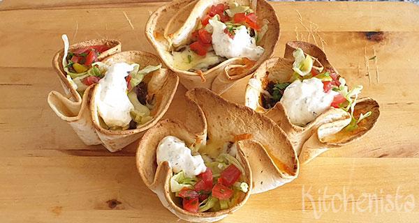 Taco cups met gekruid gehakt, cheddar en ranchdressing