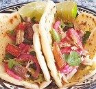 Soft taco's met surimi, avocado en pickled rode ui